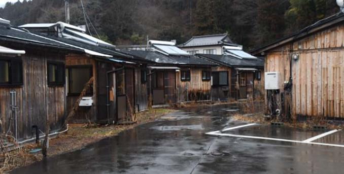 木造仮設住宅が並ぶ本町団地。解体後に共有の仕事場を整備する方針だ