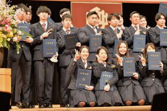 卒業証書を手に盛岡中央高の同級生と笑顔を見せる伊藤ふたば選手(前列左)