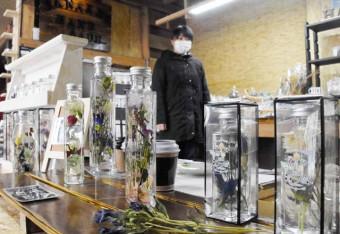 地元産リンドウを使った手作りのインテリア品が並ぶ「花っ娘」のショップ