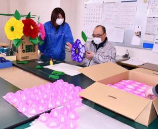 一つ一つ丁寧に花飾りを作るワークみずさわの利用者