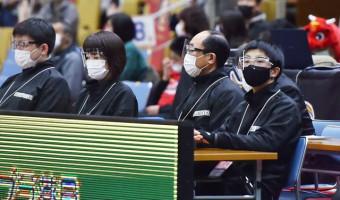 2月28日の岩手-東京EX戦でB3リーグのテーブルオフィシャルとしてデビューした佐々木日向さん(右)=盛岡市・盛岡タカヤアリーナ