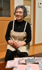 「温かい言葉と寄り添う心に、とても勇気づけられた」と語る佐々恵子さん。布マスク作りなど、趣味を楽しみ穏やかな暮らしを送る=釜石市甲子町