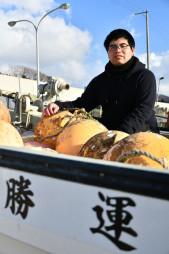 「山田のため、家族のために」。勝運丸で養殖に励む小林秀人さん=山田町船越