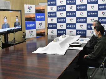 天皇、皇后両陛下とオンラインで懇談する菊池のどかさん(右手前)と野田武則釜石市長(同奥)=4日午後4時38分、同市役所