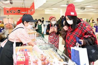 食や工芸品などが並ぶ「ちゅらしま大沖縄展」