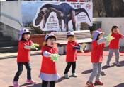 恐竜のまち久慈をPR 三鉄駅前に看板を設置