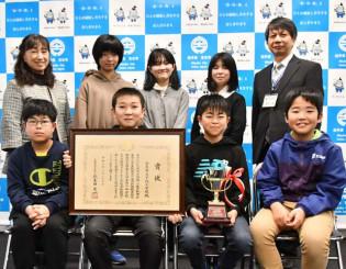 全国小・中学校・PTA新聞コンクールで文部科学大臣賞を受賞した千徳小のメンバー