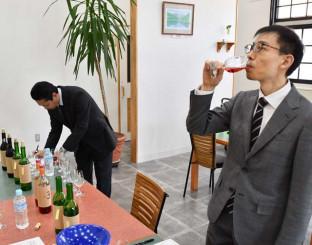 ワインをテイスティングする関係者