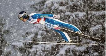 ジャンプ男子個人ラージヒルで34位だった小林陵侑の飛躍=オーベルストドルフ(ゲッティ=共同)