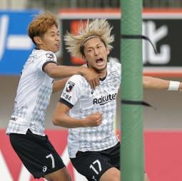 徳島-神戸 後半、同点ゴールを決め、喜ぶ神戸・菊池流帆。左は郷家=ポカリ