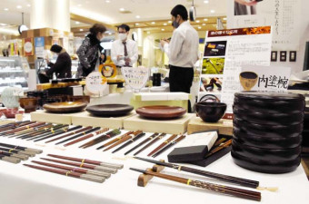 箸や皿、わんなど多彩な漆商品が並ぶ「エキチカの漆市」の会場