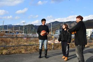 屋外コートの新設予定地。花道プロジェクトの河合秀保さん(左)はメンバー念願のコート完成を楽しみに待つ=大槌町新町