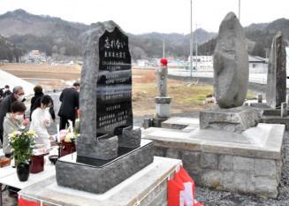 「忘れない」の文字が刻まれた津波記念碑。明治、昭和の三陸大津波に関する石碑と並び教訓を発信し続ける