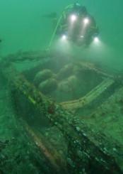 水深15メートル付近に眠る車両。シートがむき出しになっている=大船渡市三陸町綾里(報道部・鹿糠敏和が潜水撮影)