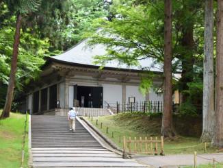 約1カ月半ぶりに拝観を再開した中尊寺の境内。新型コロナウイルスの影響で平泉町の観光客は大きく減少した=2020年6月1日