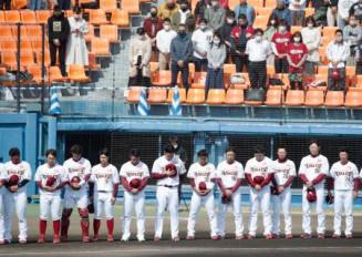 試合前、東日本大震災の犠牲者に黙とうをささげる楽天の田中将(中央左)、銀次(同右)ら=11日、静岡