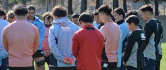東日本大震災の犠牲者を悼み、練習前に黙とうをささげる釜石SWの選手ら=11日、釜石市球技場
