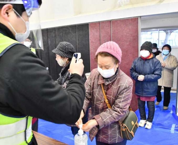 新型コロナウイルス感染症対策避難所として開設された赤前小体育館に避難した住民