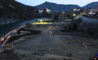 公園に浮かび上がる「永」の字(奥)と四つ葉のクローバー