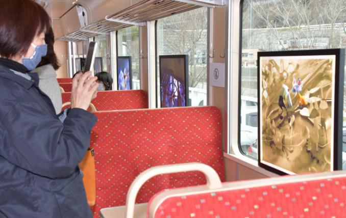 展示物を記念撮影する乗客