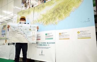 会場に展示しているみちのく潮風トレイルの大型地図