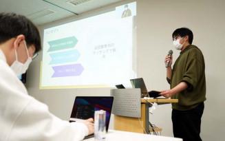 近距離専用マッチングアプリのコンセプトを説明する佐々木海斗さん(右)