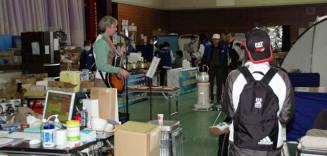 避難所でギターを演奏するジョン・テイラー首席領事=2011年