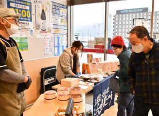マイヤ大船渡店の一角で始まった地元飲食店の弁当販売