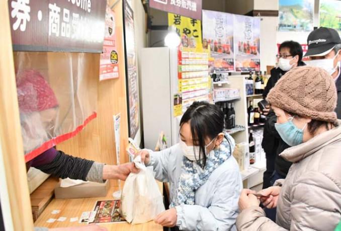 リニューアルオープンした道の駅区界高原で食事を注文する来店者