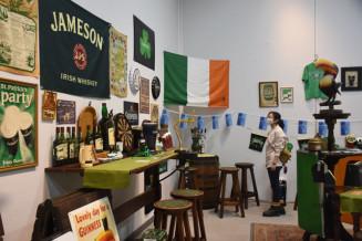 アイルランドの文化や歴史を伝える品々を並べた企画展