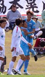 岩手-宮崎 後半16分、先制ゴールでチームメートに抱きついて喜ぶ岩手のMF中野雅臣(右)=宮崎県新富町・ユニリーバスタジアム新富