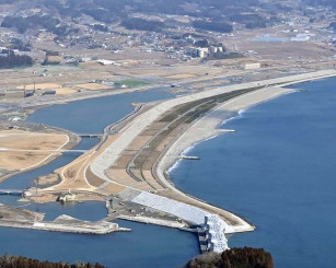 4月1日に一般開放が始まる高田松原の砂浜=2月21日、本社特別機から撮影=陸前高田市