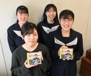 オムニバスCDを手に笑顔を見せる「朝」の佐々木美春さん(前列左)。(前列右から反時計回りに)「いちご定食」の阿部美芙結さん、三国明日果さん、田川彩夏さん