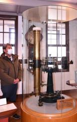 木村栄初代所長の観測に使われ、現在は木村記念館に所蔵されている眼視天頂儀=奥州市水沢星ガ丘町