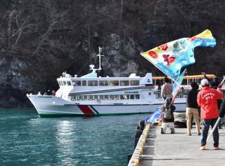 大漁旗で見送られる第16陸中丸