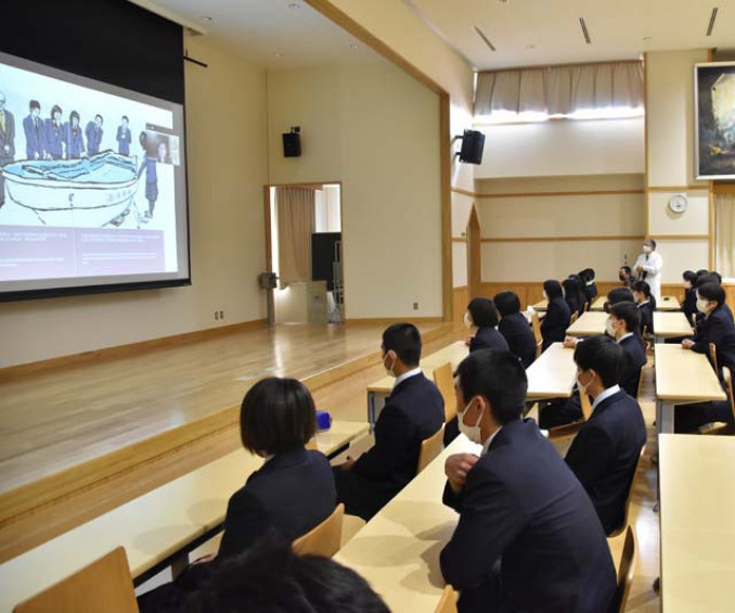 「かもめ」を題材にした絵本の読み聞かせを聴く高田高の生徒