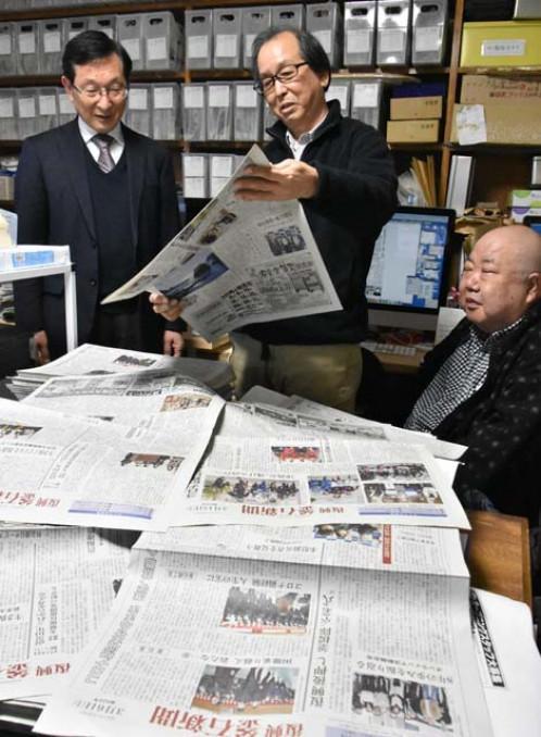 復興釜石新聞の歩みを振り返る川向修一編集長(中央)ら=釜石市住吉町