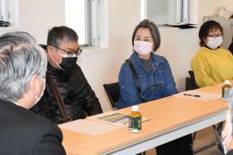 野田武則市長(手前)と懇談する災害公営住宅の住民ら