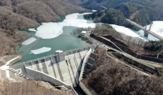 試験貯水で最高水位となった簗川ダム=19日、盛岡市川目(本社小型無人機から撮影)