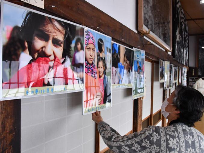 難民キャンプを訪問した長谷部誠選手の活動を紹介するパネル展
