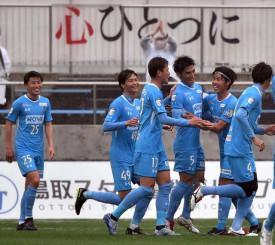 鳥取-岩手 前半39分、先制点を挙げたMF石井圭太(右から3人目)を祝福する岩手の選手=鳥取市・Axisバードスタジアム
