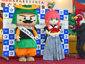 九戸村が新たに制作した「まさざねくん」(左)と「神楽舞」の着ぐるみ