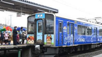 滝沢市のキャラクター「ちゃぐぽん」などがデザインされたラッピング車両