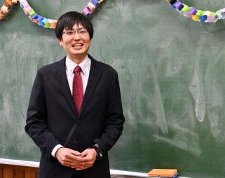 念願かない、今春から教諭として教壇に立つ中村俊介さん。「震災の経験を伝えたい」と力を込める