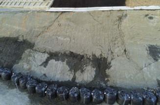 亀裂や湧水が生じた三陸道野田インターチェンジ付近ののり面(三陸国道事務所提供)