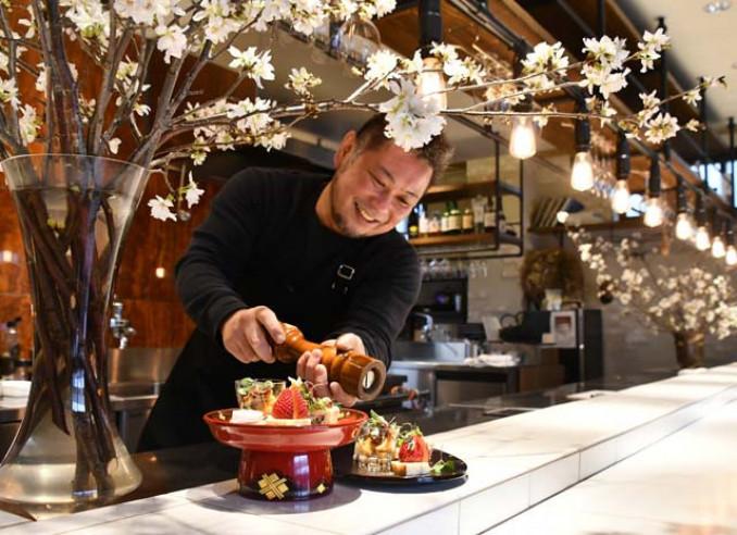 満開の桜に囲まれた「ときよじせつONODERA」で寄付付きディナーの準備を進める小野寺伸也店主