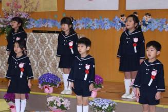 大きな声で歌を歌う種市幼稚園の卒園児