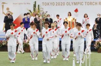 聖火のトーチを掲げスタートする、2011年サッカー女子W杯で優勝した日本代表「なでしこジャパン」のメンバー=25日午前9時41分、福島県のサッカー施設「Jヴィレッジ」