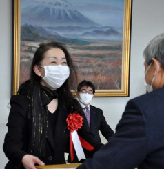 高橋昌造町長から表彰状を手渡される村松玲子さん(左)