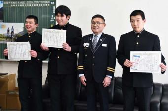 吉田正樹駅長(右から2人目)から感謝状を受けた(左から)永井志也さん、菊池孝博さん、小岩鷹さん